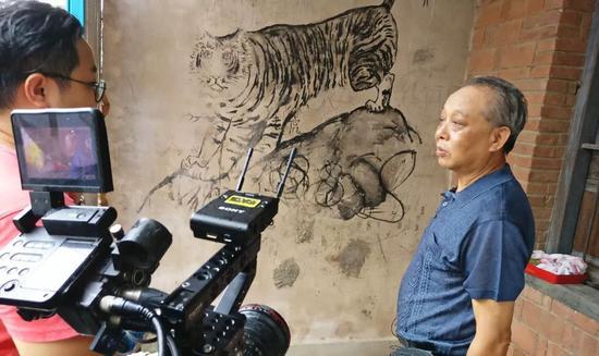 央视摄制组采访沙村老人
