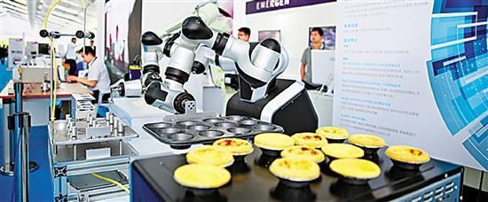 """浙江""""智昌""""做蛋挞的双臂机器人。记者 周旭辉 摄"""