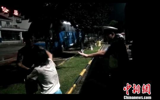 图为女子掌掴丈夫。 刘益 摄