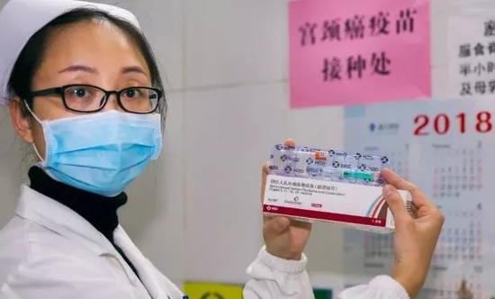 想接种疫苗的女职工们,