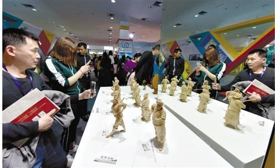 2017年,宁波文博会上市民在观赏文化作品。