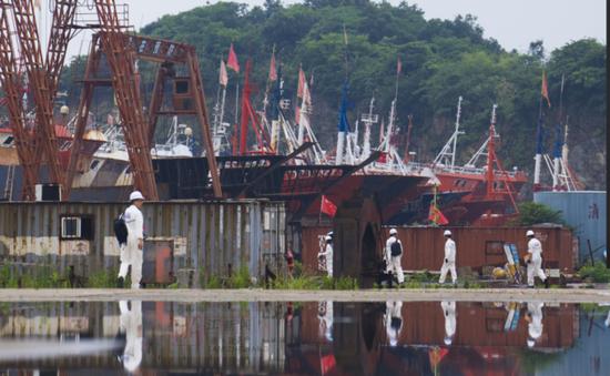 比赛队伍正进入赛场——一艘正在建设的船舶上。
