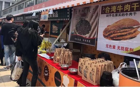 4号馆出来正对面就是美食广场,种类很多,喜欢吃吃吃的可以品尝一下哦。