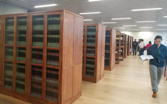 古籍阅览区特意配上古色古香的书架 俞素梅/摄
