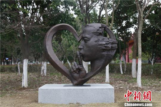 图为宁波爱心公园雕塑 周松 摄