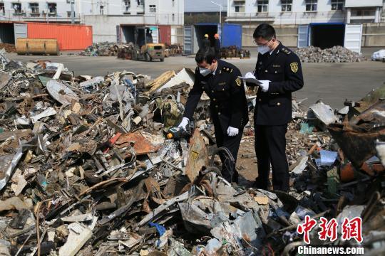 """图为检验检疫""""洋垃圾""""场景。宁波出入境检验检疫局提供"""