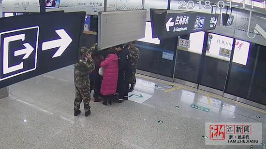 武警官兵和老人家属带病人就近下车,战士打120急救电话。