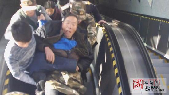 大家把老人抬到站外送上急救车。