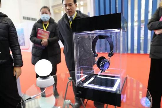 2017年12月8日,2017中国(宁波)国际新材料科技与产业博览会,利用磁悬浮技术悬空展示一款耳机。(张培坚 摄)