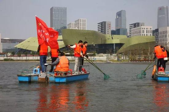 2017年10月28日,志愿者在后塘河上清理水面。(张培坚 摄)