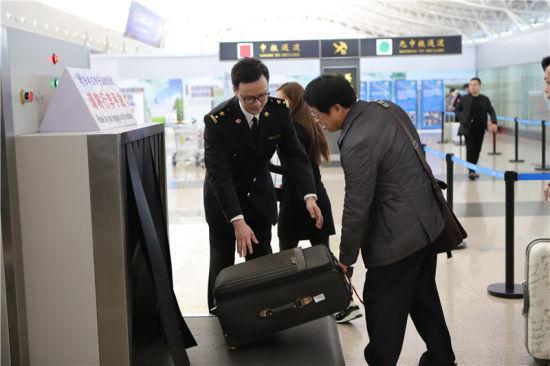 图为宁波机场海关关员在旅检现场为进出境旅客提供通关保障 陈佳浩 摄