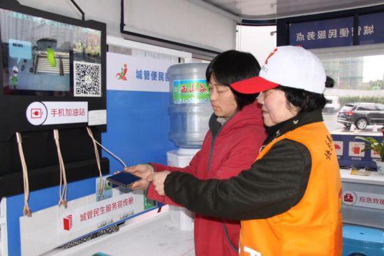 图为:城管义工便民服务点。宁波城管提供