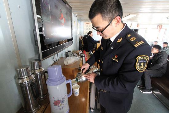 图为海事志愿者为候船旅客提供姜茶。 冯峰伟 摄