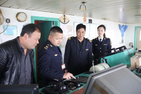 图为宁波海事局穿山海事处执法现场。 冯峰伟 摄