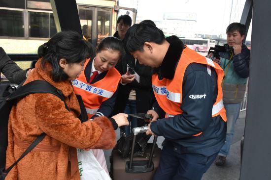 图为公交专线驾驶员帮助乘客搬运行李。 张云樵 摄