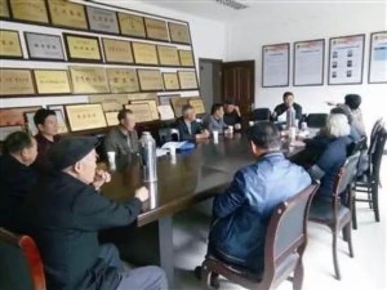 宁波北仑白峰阳东村村民和村干部一起说事议事。