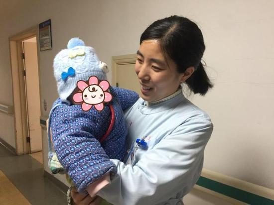 """""""护士,你快帮帮我,医院有没有谁可以给孩子喂奶,孩子哭的嗓子都快哑了。"""""""