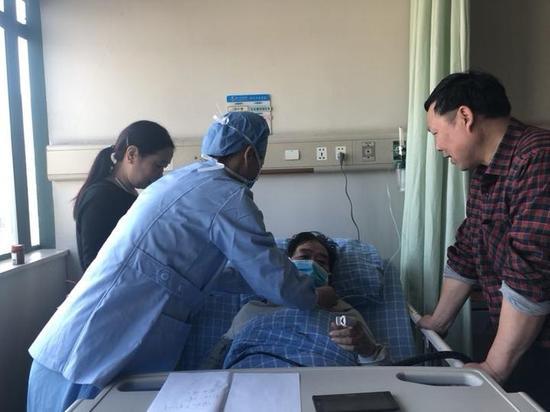34岁的郑凤自2004年护校毕业后,成了鄞州人民医院ICU的一名护士。