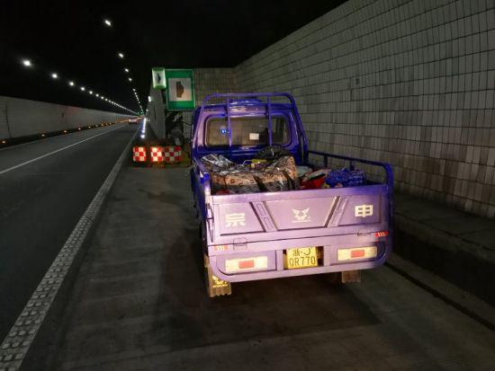 图为:三轮摩托车停靠在高速公路隧道时的场景 浙江省高速交警绍兴支队供图