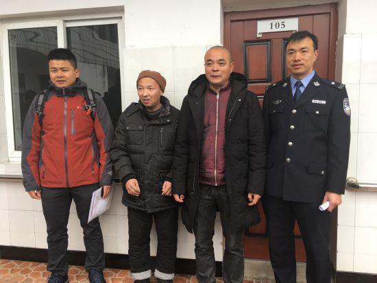图为彭申和当地派出所的民警一起来宁波认亲。 林波 摄