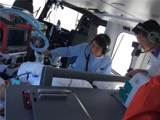 图为医护人员观察伤者病情 宁波市第九医院供图
