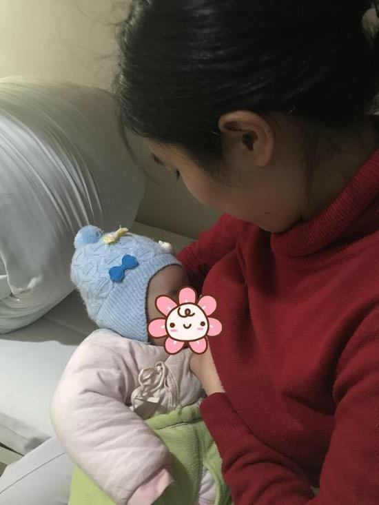 2月13日,一张手外科护士给婴儿喂奶的照片在宁波市第六医院传开了。