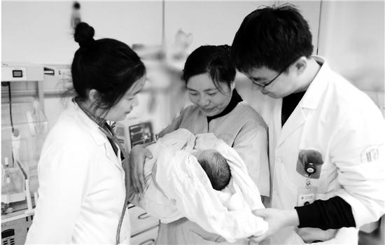 医生、护士成为宝宝的临时妈妈,休息时轮流照顾她。