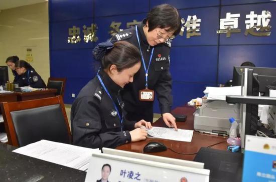 吕慧(右)正在指导刚调到这个岗位的民警叶凌之