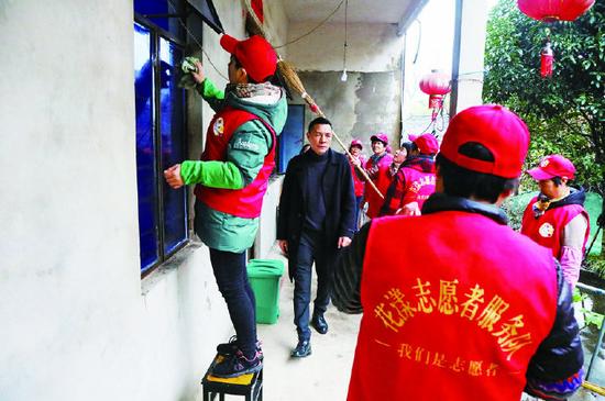 象山开展新春暖心行活动 义务帮助村中老人打扫家园