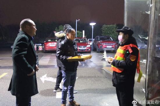慈溪业主代表为保安送上汤圆和口罩 感谢他们的付出