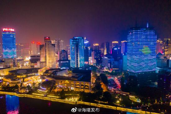 宁波三江口上演六一主题灯光秀 各种卡通形象出现