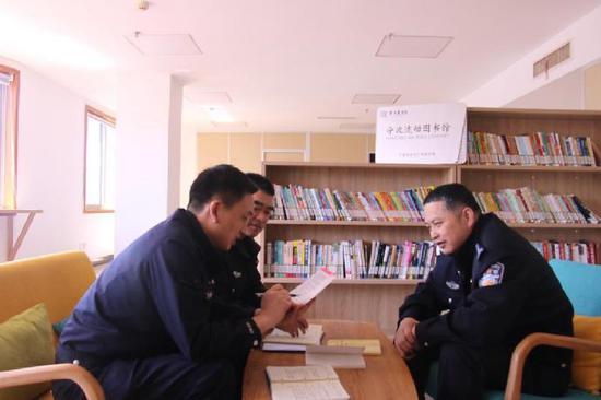 流动图书馆进警营 近千册图书供公安干警选择学习