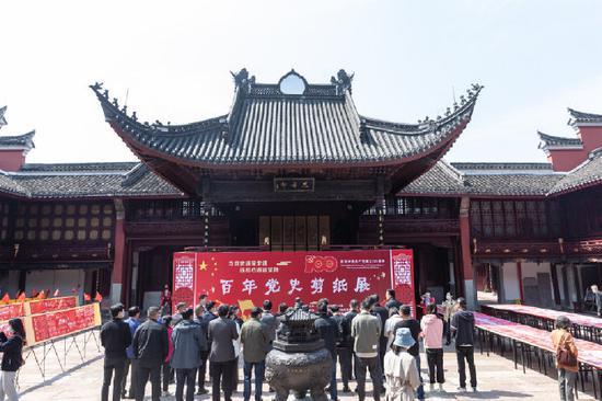 宁波府城隍庙举行了一场别开生面的百年党史剪纸展