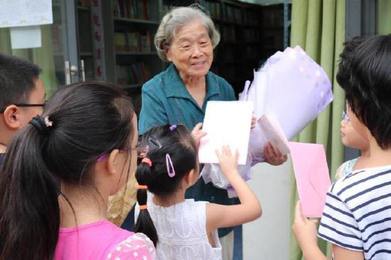 万册藏书送给凉山孩子 书香奶奶的遗愿请你一起来圆