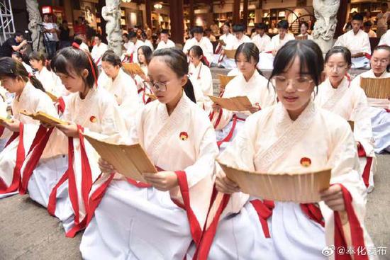 奉化举行武山庙成人礼开班式 五千多盏河灯被投放