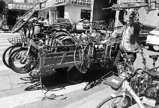 单车企业工作人员正在地铁站口现场管理。