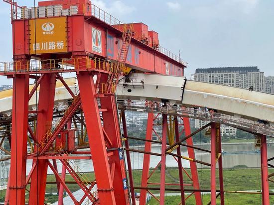 新典桥主拱顺利安装合龙 标志着公车实现阶段性突破