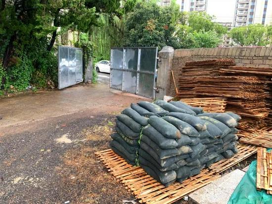 沙包已经准备就绪。图片由宁波交警提供