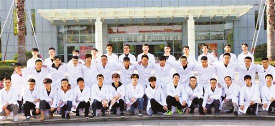下图:浙江中医药大学男护生们合影。