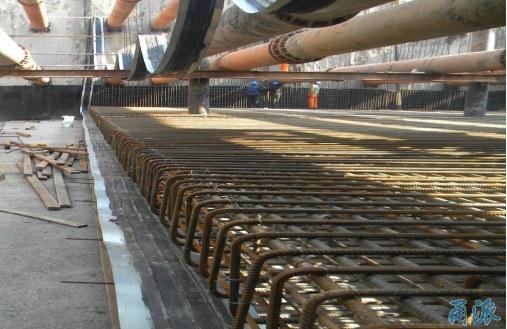 今天,备受关注的机场快速干道永达路连接线工程(夏禹路)全面建成通车。此前,为了缓解铁路宁波站周边道路交通压力,这条路的高架和隧道主线部分,已经伴随着铁路宁波站北广场和轨道交通2号线于2015年9月26日提前试通车了。   宁波市第一条含地下隧道的城市快速路   机场快速干道永达路连接线工程(夏禹路)是宁波市第一条含地下隧道的城市快速路。夏禹路西起机场快速干道,东至火车南站南广场(不含火车南站内部道路),全长约2.