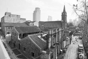 老外滩天主教堂主教堂已经修复完成,边上的一些建筑依然在施工中。