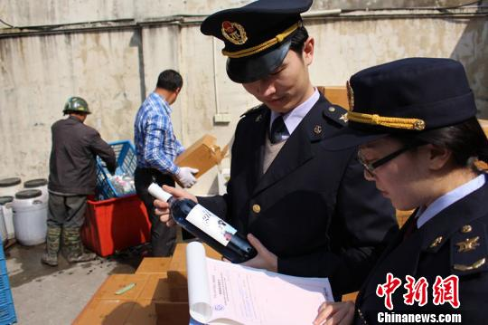 图为宁波北仑出入境检验检疫局工作人员现场核对待销毁的进口葡萄酒。施大卫摄