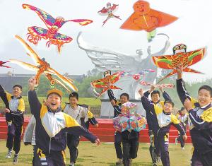 学生们在公园里放风筝。