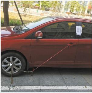 轿车的车轮被铁链锁住。 图片由网友提供