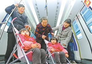 昨天上午,北仑一对双胞胎姐妹在家长带领下乘坐1号线列车前往市区。