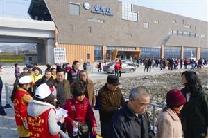 昨天,市民搭乘轨道交通1号线在宝幢站换乘公交车扫墓