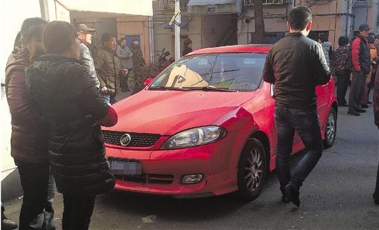 这辆红色的车就是小赵的车,事发时停在小区里