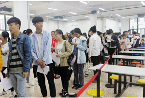 甬江职高报名面试当日的火爆场面。 记者 徐叶 摄