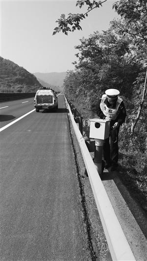 """昨天,交警在高速应急车道上调试抓拍""""神器"""" 肖辉 摄"""