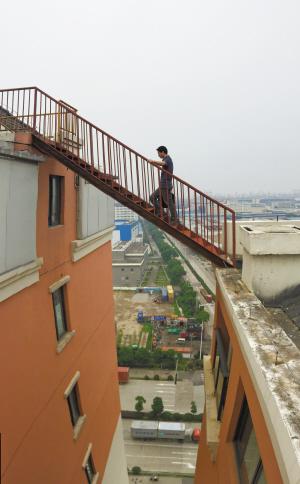 北仑京华茗苑小区两幢高楼之间架起一部简易梯子。 记者 许天长 摄